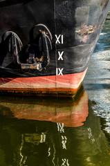 Spiegelung Schiffsbug mit Anker