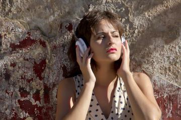 Retromädchen hört draussen Musik