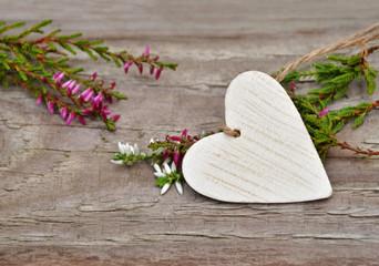 Weißes Holzherz mit Heidekraut