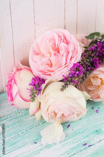 pocztowka-z-eleganckimi-kwiatami