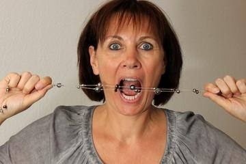 Frau, Kette, Zähne, Mund, Wut, beißen, Schmuck