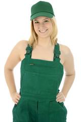 Weiblicher Gärtner in grüner Latzhose und Cap