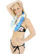 Twen in Bikini trägt Blumenkranz