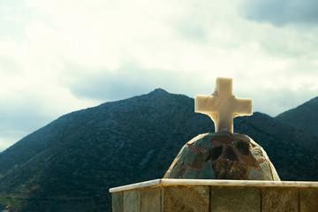 Христианский крест на фоне гор