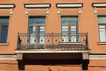фрагмент здания с балконом