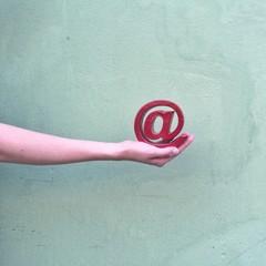 Hand hält Email-Symbol