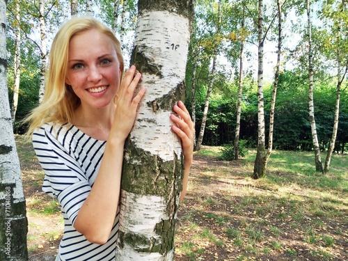 canvas print picture Mädchen am Baum im Park