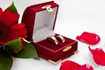 Обручальные кольца в шкатулке