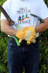 """Mann mit shirt """"Hausmeisterservice"""" Hammer"""