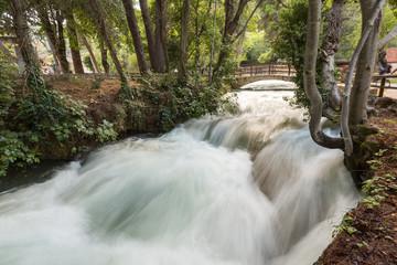 Pont en pierre sur la rivière Krka en crue