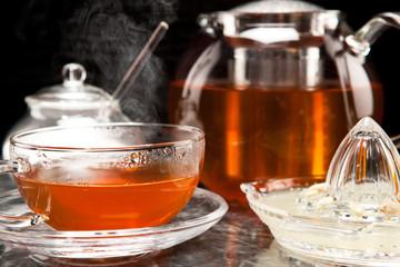 Dampfender Tee in Teeservice aus Glas