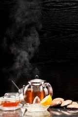 Heißer dampfender Tee mit Lebkuchen