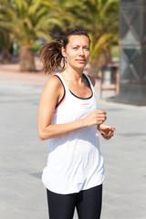 Frau joggt bei starker Sonne