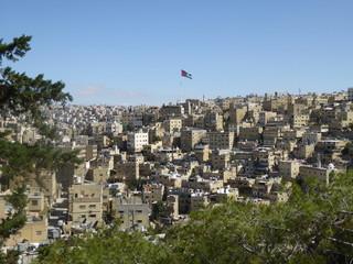 Vista de la ciudad de Amman con la bandera de Jordania