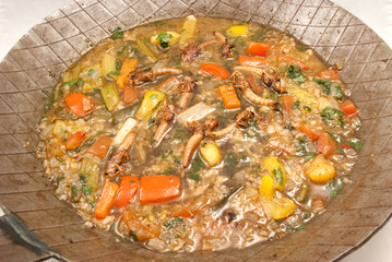 Gebratene Heuschrecken in Weißwein-Knoblauch-Sauce auf Reis