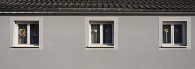 Modernisiertes Stockwerk in grau mit 3 PVC Fenster