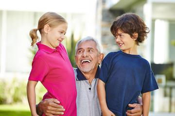 Glücklicher Großvater und zwei Enkel