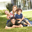 Familie mit Sohn und Tochter im Garten