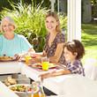 Kind beim Essen mit Mutter und Großmutter