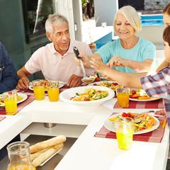 Senioren essen im Kreis der Familie