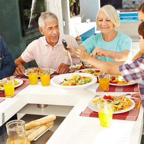 canvas print picture Senioren essen im Kreis der Familie