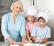 Kinder kochen mit Oma zu Weihnachten