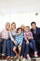 Familie und Kinder schauen Smart TV mit Fernbedienung