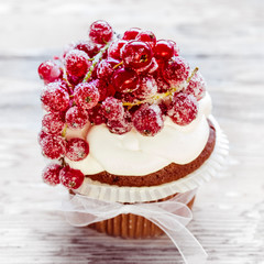 Schokocupcake mit gezuckerten Beeren