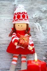 Puppe mit Geschenk - weihnachtlich