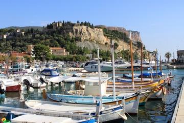 Barques de pêche dans le port de Cassis