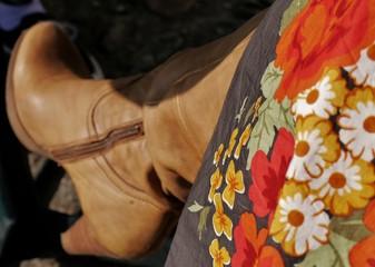 Herbstlicher Rock mit Stiefeln