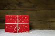 Ein rotes Weihnachtsgeschenk auf Holz Hintergrund