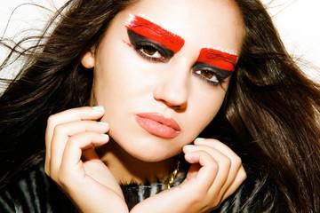 Девушка  с красивым  макияжем на светлом фоне