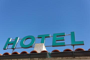 Enseigne Hotel sur ciel bleu