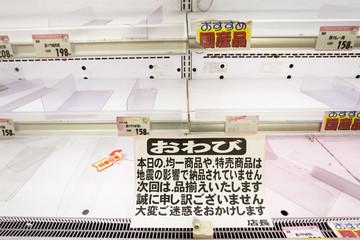 大震災後に商品がなくなったスーパーマーケット