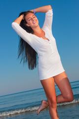 woman wearing  white t-shirt posing on the beach