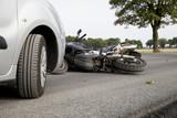 Verkehrsunfall mit einem Auto und einem Motorrad - 71080047