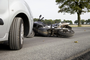 Verkehrsunfall mit einem Auto und einem Motorrad