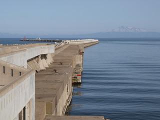 網走港と白い山