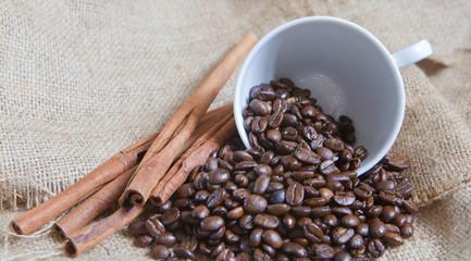 tasse de graines de café sur toile de lin