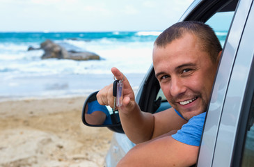 Путешественник в автомобиле на фоне моря