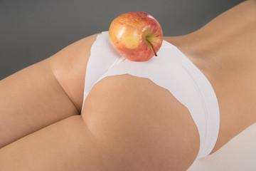 Frau mit einem Apfel auf ihrem Hintern