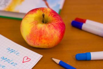 яблоко на школьной парте