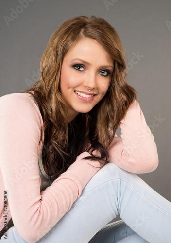 canvas print picture Portrait einer lachenden Frau mit brünetten Haaren
