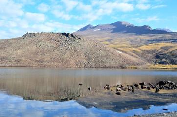Армения, озеро Кари (Каменное озеро) у подножия горы Арагац