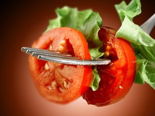 forchetta con pomodoro e insalata