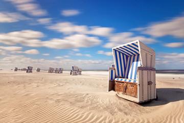 blauer Strandkorb am Strand