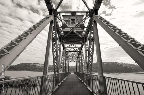 b-amp-w-most-rowerowy-nad-jeziorem