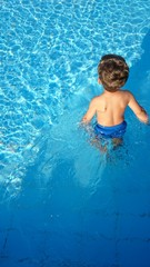 Junge spaziert in pool