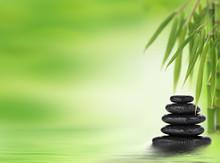 Spa fond avec des pierres de massage empilées et bambou